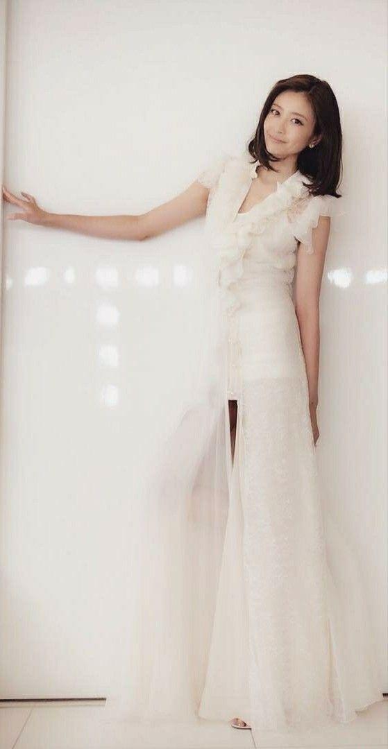 白ドレスの片瀬那奈
