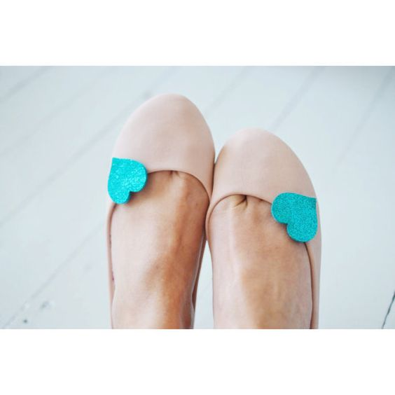 Teal Blue Fine Glitter Heart Shoe Clips Small von PollyMcGeary
