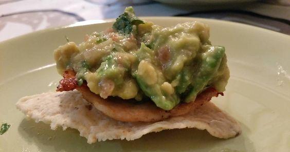 . Guacamole sobre una base de pollo y debajo de todo un nacho para darle un toque crujiente./ con receta.