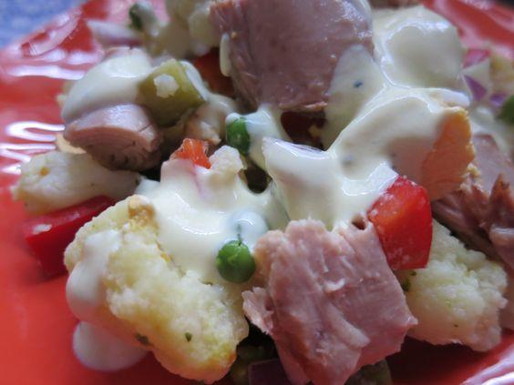 Ein einfacher Salat, der gut mitzunehmen ist und auch noch schön satt macht... 3 Portionen 1 großer Blumenkohl in Röschen zerteilt 100 g gefrorene Erbsen 1