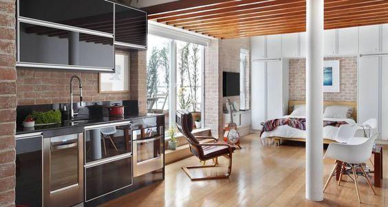 Sala, quarto de cozinhya surgem totalmente integrados em apartamento no Leblon: ideia de amplitude Foto: Divulgação/ MCA Estúdio