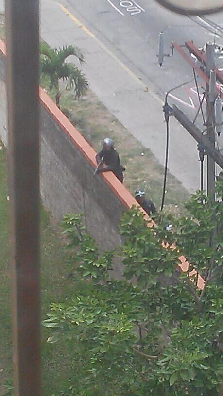 Policía disparando hacía el interior de la Res. La Trinidad en #Mérida hace minutos #5M vía @daniop29 pic.twitter.com/MvTsI9MBh4