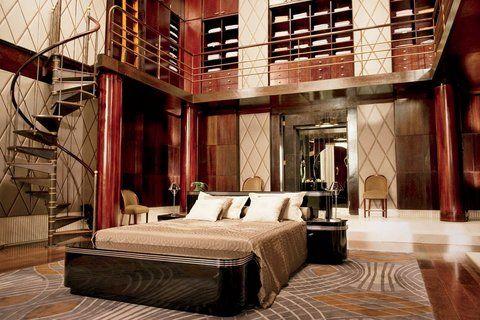 un dormitorio principal con dos pisos