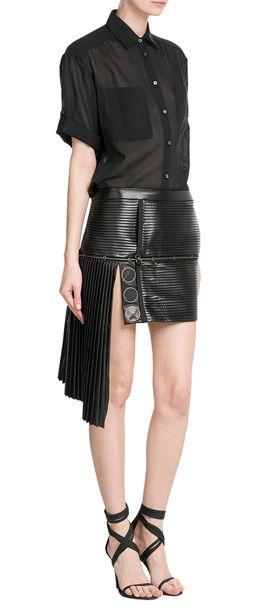 Minikurz, plissiert und mit edgy Gold-Akzenten - so möchten wir Lederminiröcke diese Saison tragen! Von Anthony Vaccarello #Stylebop