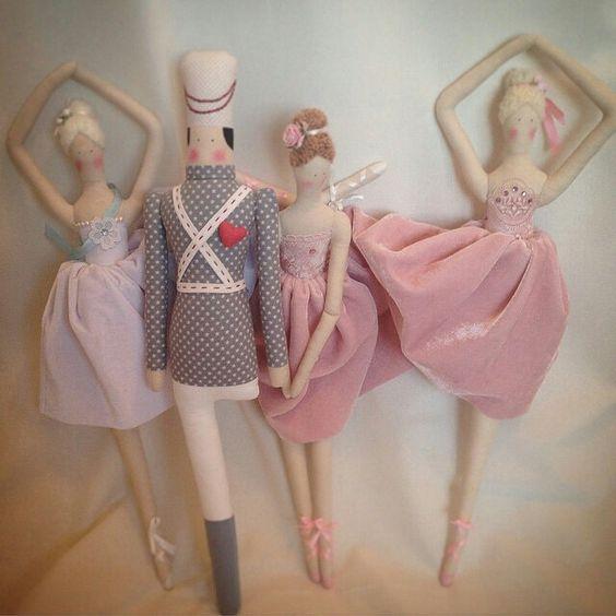 Красота от @olga.dolls  #тильдаслюбовью #tildawithlove #tilda #tildamania #тильда #тильдомания #тильдамания #хобби #рукоделие #назаказ #оловянныйсолдатик #балерина #тильдабалерина  Тильды балерины и оловянный солдатик. Рост чуть более 50 см. #Regrann: