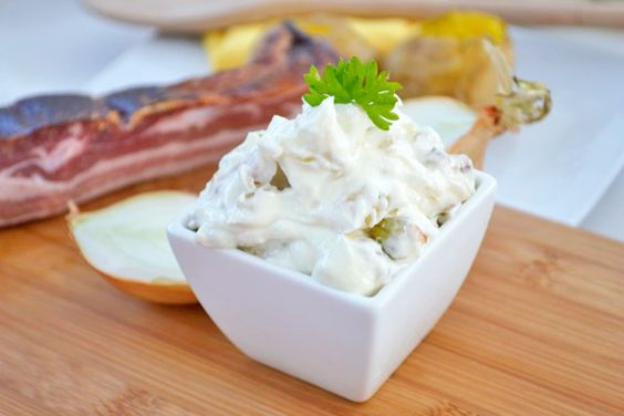Der Bacon-Onion-Dip ist eine beliebte Grillsauce aus den USA - das Rezept mit herrlichem Speck und Zwiebeln verfeinert jedes Steak.
