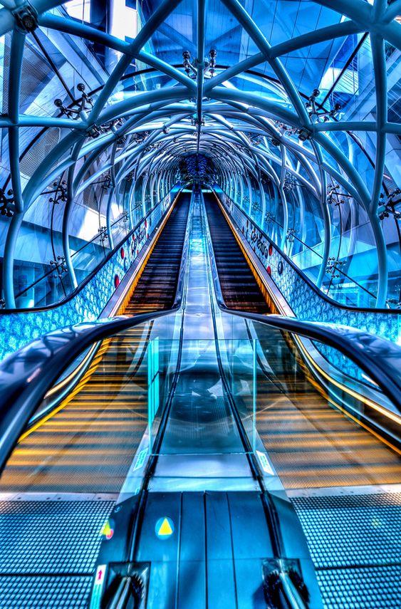 Azul, profundo, bello, y elegante, nada mejor para describir estas bellas escaleras eléctricas.   Fusion Escalator- this is so cool