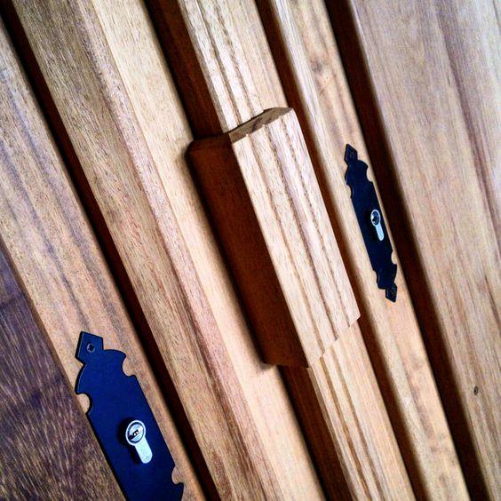 Detalle de puerta doble en madera de iroko. www.carpinteriabacigalupe.com