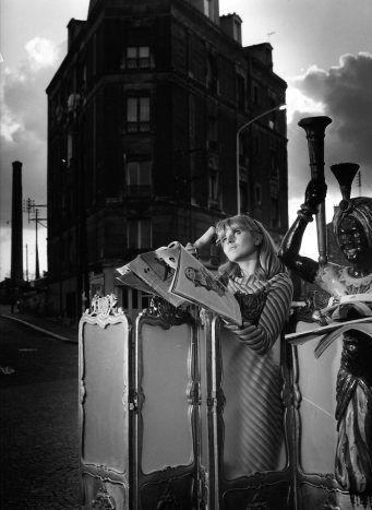 DOSINEAU Robert, Presse féminine – devant l'hôtel Napoléon à Clamart, photographie, 1969