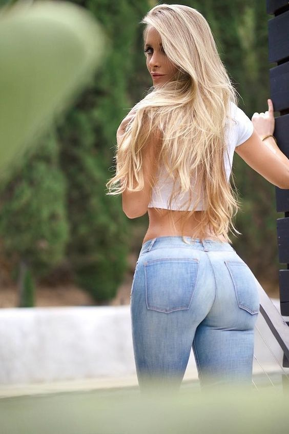 блондинка с большой попкой в синих джинсах одна отличная