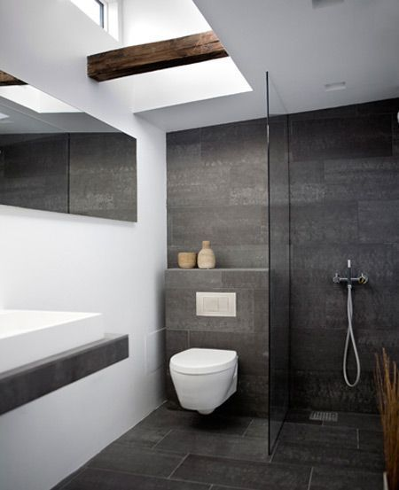 Bodenfliesen Anthrazit Mit An Der Wand Verlegt Kombination Mit Wand Wc Weiss Un Anthrazit Bathroomdesigni Kleines Bad Fliesen Bad Fliesen Bad Einrichten