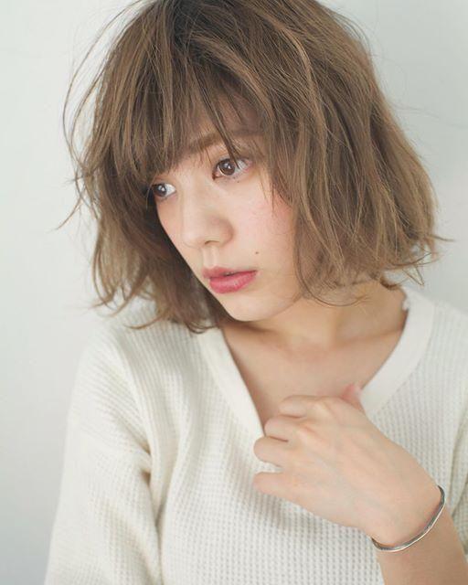 ロングヘアやミディアム ボブスタイルの髪型はふんわりナチュラル