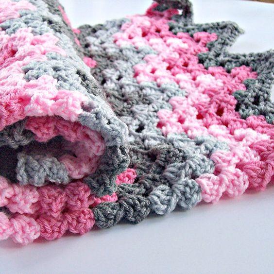 Manta em crochet, rosa e cinza