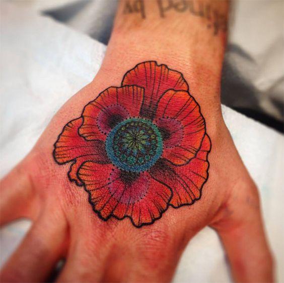 Nas tattoos de Katie Shocrylas, muitos animais e cores degradês psicodélicas. Confira seu estilo neotradicional impressionante e seus tons vibrantes.