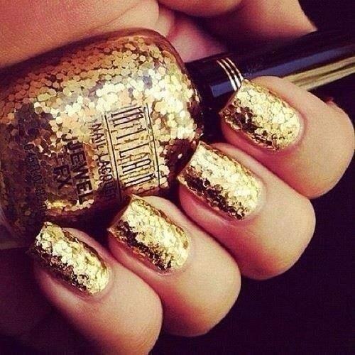 Smalto dorato per un 2014 sfavillanteNail art da sfoggiare a capodanno con unghie totalmente dorate, per una notte sfavillante.