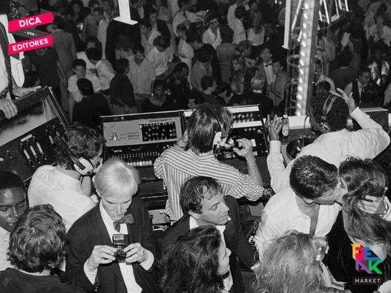 #DicadosEditores Uma pista de dança com Mick Jagger, Andy Warhol, Grace Jones, Debbie Harry, Michael Jackson e John Travolta não poderia dar errado. Assim era o mitológico Studio 54, famoso clube que já inspirou filmes, discos, tributos, memorabilia e agora dá nome ao livro do fotógrafo sueco Hasse Persson. A publicação traz imagens jamais reveladas das noitadas loucas movidas à disco music, champanhe e coreografias. Confira: http://ow.ly/VUymb