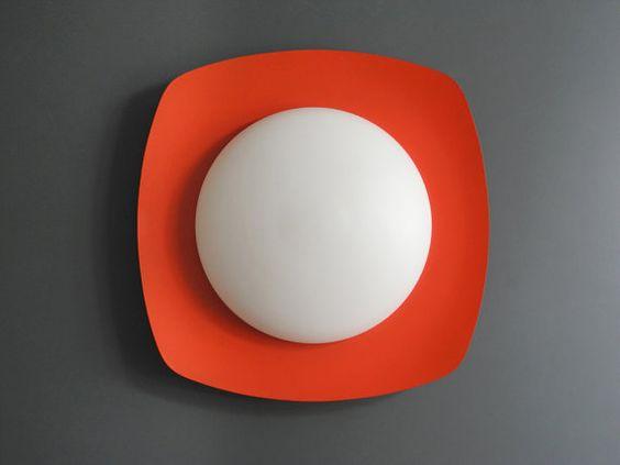 Seltene große Mid Century Wand oder Deckenlampe aus Opalglas mit Metallreflektor in orange rot