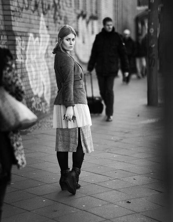 Christina Key trägt ein weites, figurbetontes Kleid als Lagen Look mit einem Taillen Gürtel