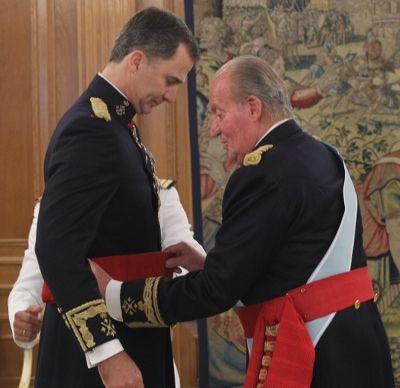 Felipe VI recibe de manos de su padre el fajín que le convierte en capitán general del Ejército http://revcyl.com/www/index.php/politica/item/4018-felipe-vi-recibe-de-manos-de-su-padre-el-faj%C3%ADn-que-le-convierte-en-capit%C3%A1n-general-del-ej%C3%A9rcito