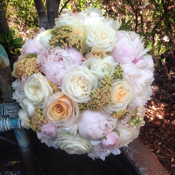 Ivory white peach garden roses peonies. Romantic rustic organic Bouquet. @calistogaranch napa valley. Fleurs de France. www.fleursfrance.com. Napa Sonoma wedding florist