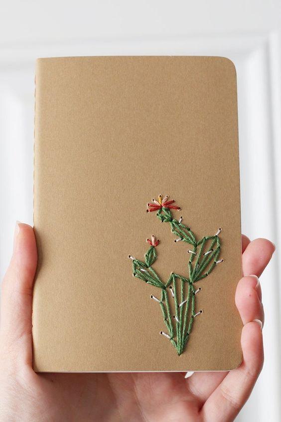 Este cactus de pera espinosa está bordado a mano en un cuaderno de bolsillo de moleskine marrón kraft. Mantenerse organizado se volvió un poco más divertido con este cuaderno bordado a mano. Un tamaño perfecto para caber en su bolsa, listo para ser llenado con sus bocetos y listas.  Portátil: 3.5 x