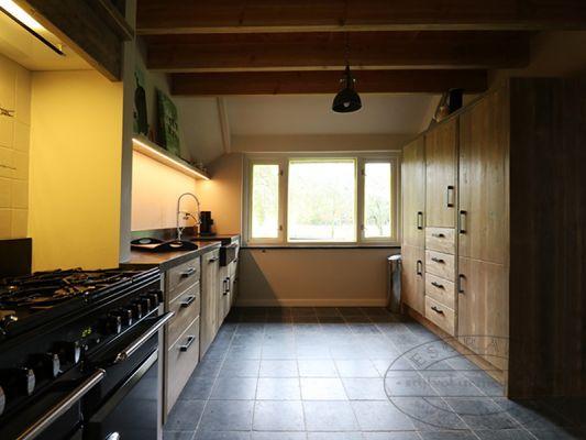 Landelijke keuken met grote keukenkast van steigerhout ...
