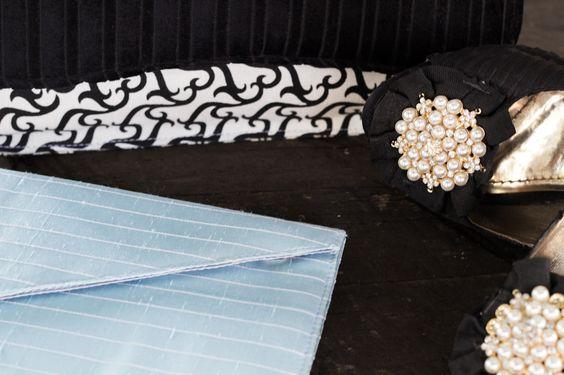 Acima: Clutch p com abertura em veludo preto - vendida  Abaixo: Clutch de seda azul claro com aba diagonal - à venda