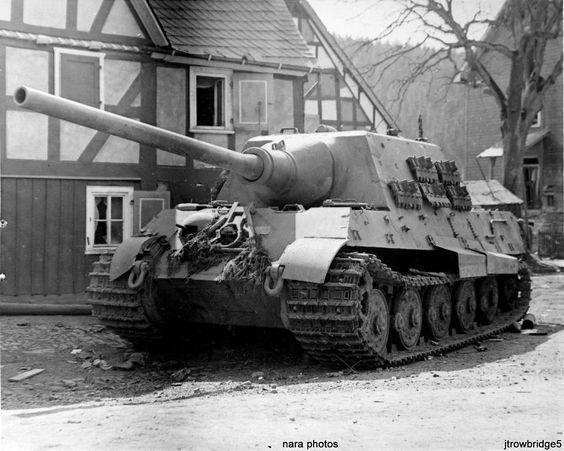 """Panzerjäger Tiger Ausf. B mit 12,8 cm Pa.K. 44 L/55 """"Jagdtiger"""" (Sd.Kfz. 186) Nr. X7 (Fgst.Nr. 305058)  Le Ja-Ti X7 du 2. Zug de la 1./schwere Panzerjäger-Abteilung 512 abandonné suite à une panne mécanique dans la localité d'Obernephten, à une quinzaine de kilomètres au nord-est de Siegen alors que l'unité se dirigeait vers la gare d'Altena d'où elle embarquera pour Menden."""