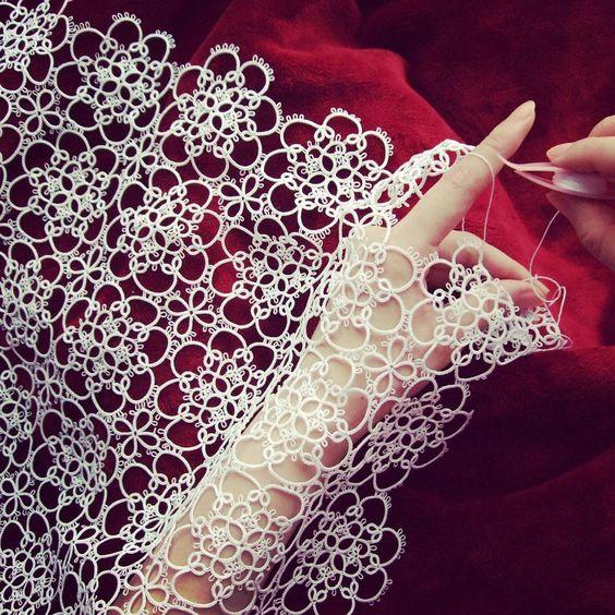記念の40枚目pic(*^^*) お気に入りの一枚です✨✨ 実際はこんな優雅にタティングしてるわけではないのだけれどw 花嫁さんのベールみたいに手にタティングを纏ってみました(o^^o) 撮影は母上(o^^o)去年の今頃のpicでふ #tatting #motifs #handmade: