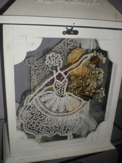 DAMA IN PIZZO CANTU'  Antica tecnica di lavorazione a tombolo e fusi, tipica di Cantù,da cui prende il nome. All'interno un bouquet di matrimonio.