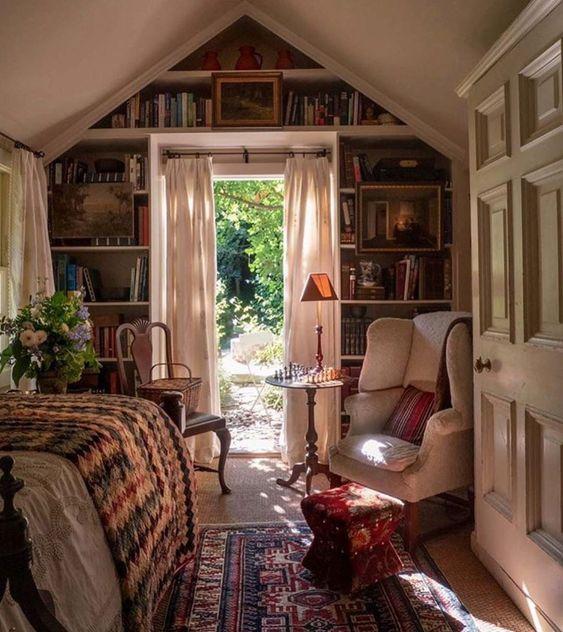 """Life&Decor on Instagram: """"Precioso y acogedor dormitorio en la casa de @stampsandstamps . . . #bedroom #dormitorio #library #booksbooks #decorhome #interiorismo…"""""""