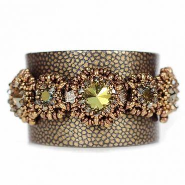 Juwelina - Designer Armschmuck aus Nappa Leder mit Swarovski Kristallen in Grün Metallic