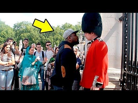 Nunca Molestes A Un Guardia Real Never Annoy A Royal Guard Youtube Youtube