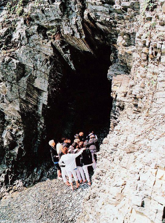 洞窟で近づいている待ち受け高画質壁紙です。