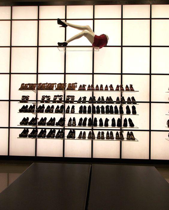 #NoVarejoPeloMundo A varejista de moda feminina Marisa inaugura hoje (30) sua quarta unidade em Teresina (PI), ampliando sua presença no Nordeste. Em junho, a @voudeMarisa implementou também na capital piauiense o sistema de venda direta (via catálogo). O diretor de expansão da marca, Ricardo Ribeiro, afirmou em nota que esta multicanalidade tem superado as expectativas. Na foto, um dos mostruários de sapato da nova loja. #NoVarejo #retail