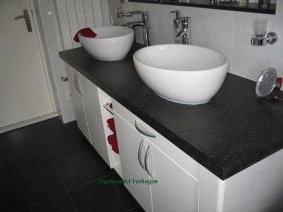 Badkamer met maatwerk badkamermeubel  Natuursteen blad, ovale wastafels en staande kranen  Wit