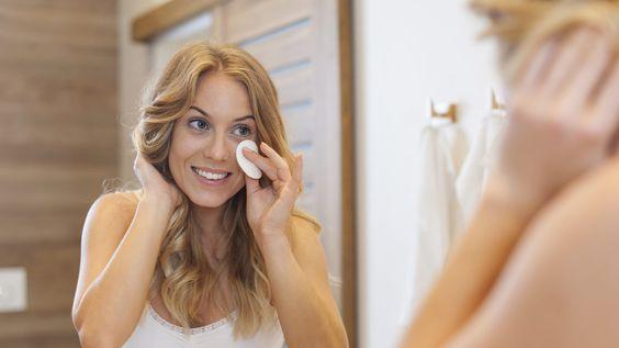 Eine konsequente Pflege mit dermokosmetischen Produkten hilft, um das Hautbild langfristig zu verbessern.