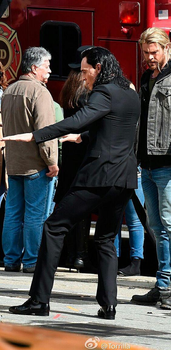 Tom Hiddleston and Chris Hemsworth on the set of 'Thor: Ragnarok' in Brisbane, Australia on August 21, 2016. Source: Torrilla, Weibo. Click here for full resolution: http://ww4.sinaimg.cn/large/6e14d388gw1f729g0oupyj21cs1whqnf.jpg