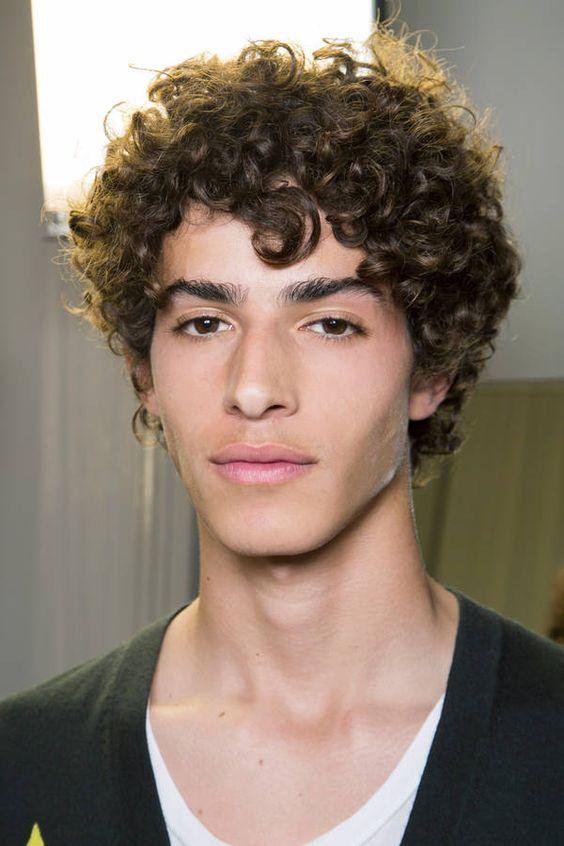 Cabelo cacheado masculino médio. Confira mais estilos e cortes para cabelos cacheados no blog Marco da Moda