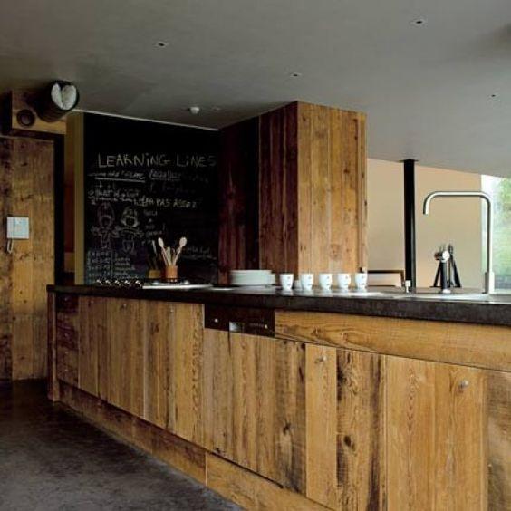 <p>Dans cette maison belge, conçue par l'architecte Philippe Samyn, un comptoir de cuisine de près de six mètres de long englobe tous les éléments de la cuisine, et...