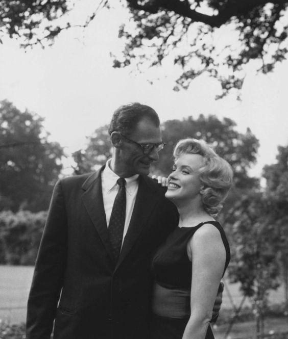 """1956 / Les MILLER s'installèrent à """"Parkside House"""", à Englefield Green, Egham (près de """"Windsor Park"""", à une heure de route de Londres). Ils louèrent le superbe manoir géorgien à Lord NORTH, directeur du """"Financial Times"""" et à sa femme l'actrice et pianiste Joan CARR. Ce manoir du XVIIIème siècle comptait cinq chambres, une salle de séjour avec des poutres en chêne, deux salles de bains et  des chambres de service et était entouré d'un parc d'environ cinq hectares avec une roseraie. Dans…"""