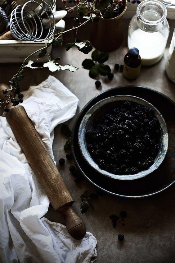 https://pratosetravessas.com/2016/08/25/brioches-de-amoras-e-chocolate-branco-blackberries-and-white-chocolate-brioches/