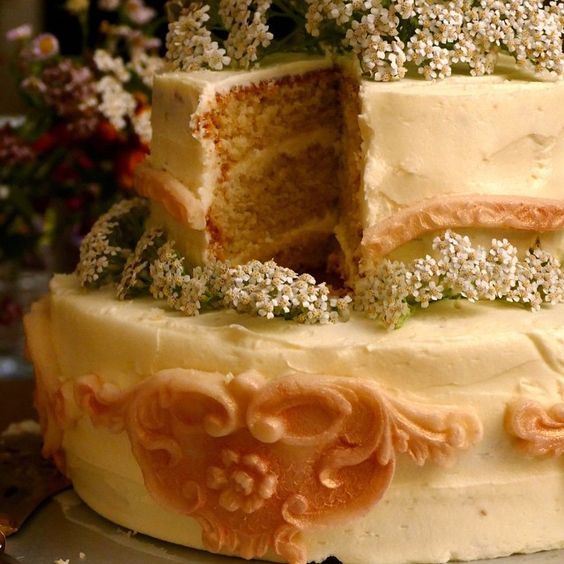 A cake showered in flowers and icing inspired by the Chateau to end le weekend... Let them eat cake!