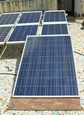 Solar Panel Tutorials   Here's a solar panel to create a sustainable way of living.   Off the Grid Projects from PioneerSettler.com #OfftheGridProjects #PioneerSettler