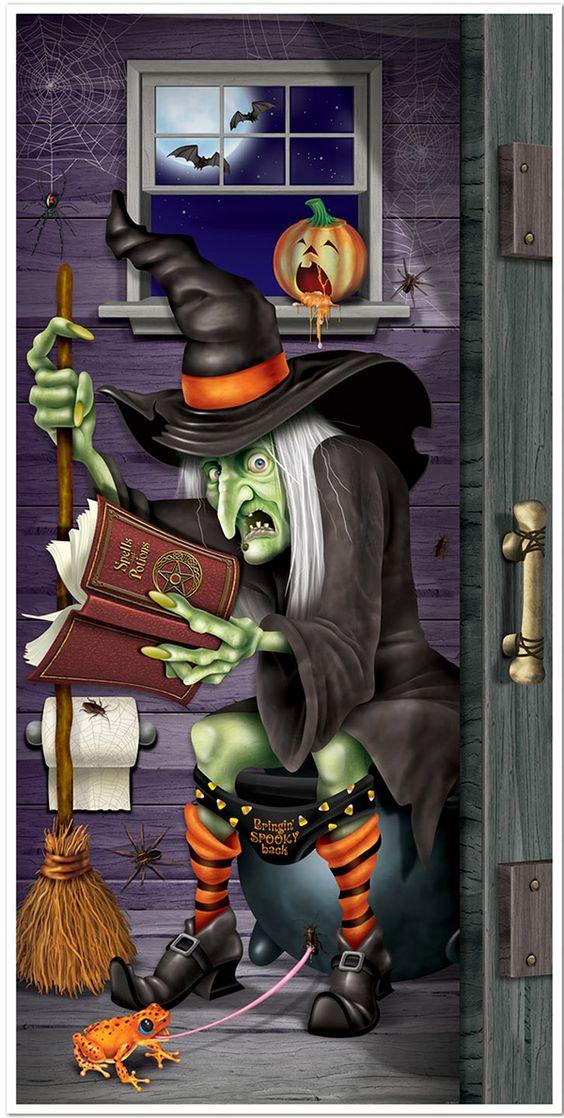 Decoração de porta bruxa na casa de banho Halloween: Decoração de porta representa uma bruxa com um libro e a sua vassoura na casa de banho. Ela mede 76,2 cm x 1,52 m e será ideal para decorar a sua porta na noite de Halloween.