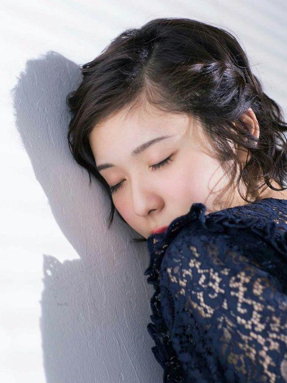 目をつぶる松岡茉優