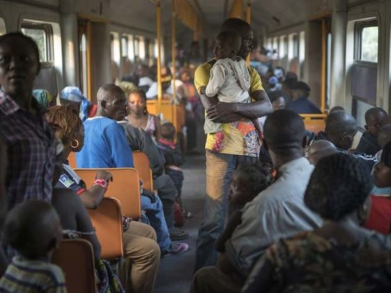 Refugiados angolanos - alguns deles vivam há mais de 40 anos na República Democrática do Congo - viajam de trem volta à sua terra natal  (Foto: UNHCR / B. Sokol  )
