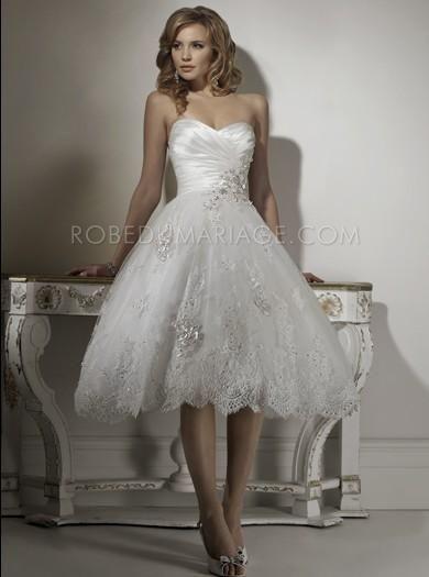 Robe de mariage courte en satin et dentelle agrémentée de perles et de appliques [#ROBE202446] - robedumariage.com