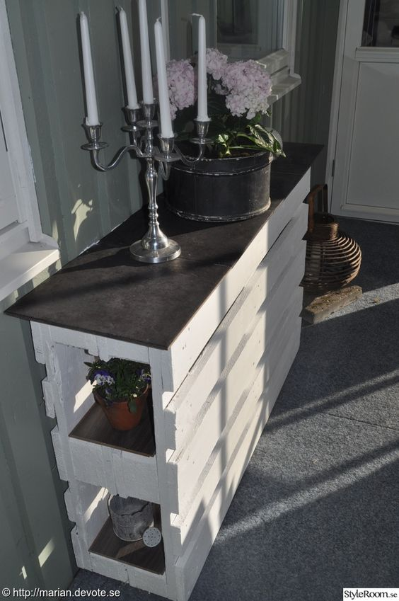 Inspired by this previous post, here is another take of the outdoor bar. The only think you'll need are 2 pallets, some paint and leftovers from flooring for the shelves and/or top.  ++ Here #PalletBar, #PalletCounter