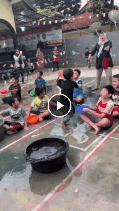 Esse garoto se confundiu ao jogar água.